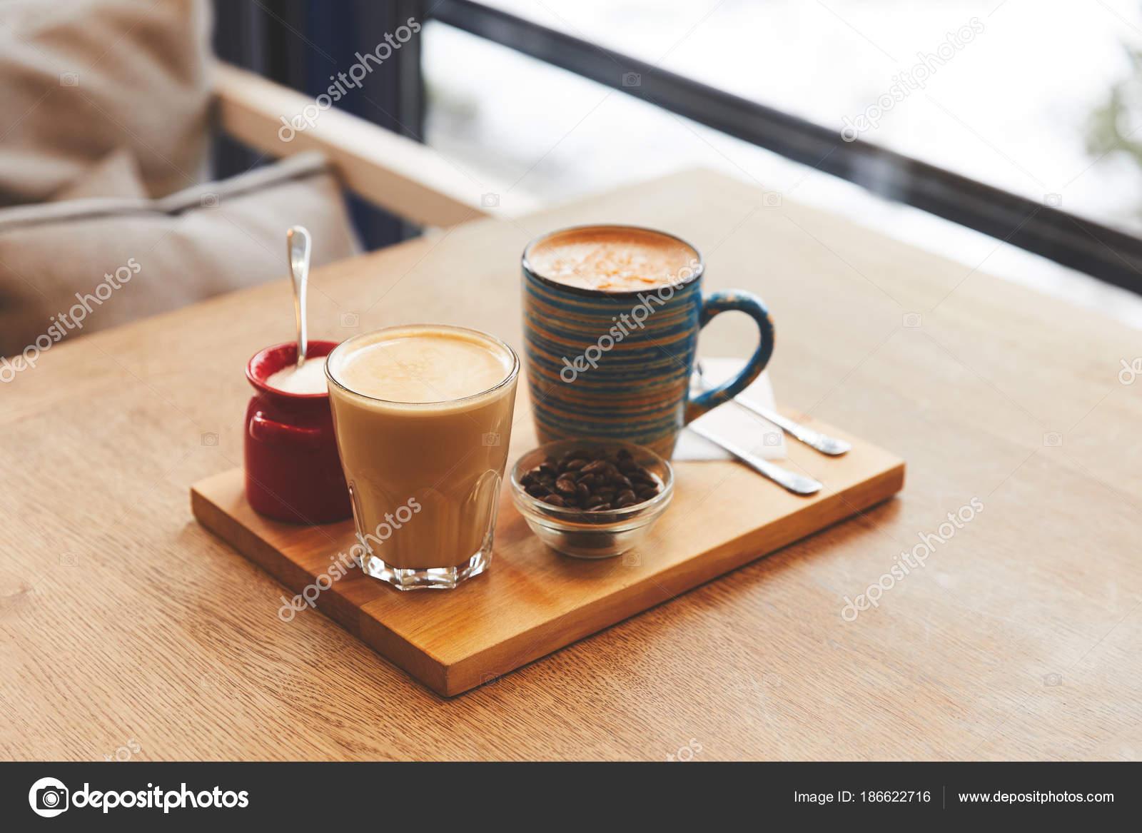 Kaffeegetränke Mit Bohnen Und Orange Schälen Auf Tisch Café ...