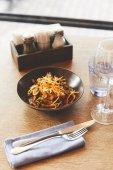 Fotografie Heißer köstlichen Udon-Nudeln mit Schweinefleisch am Tisch im restaurant