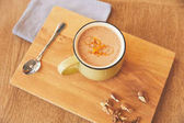Photo Hot chocolate drink with orange peel serve in cafe