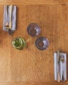 Prázdných sklenic láhev s vodou máty a příbory na stůl