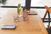Láhev s vodou máty a sklenice na stole