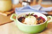 Detailní pohled berry drobenkou sloužil v hrnci se zmrzlinou