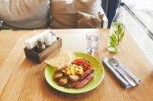 Fotografie Teplá snídaně Mísa smažených vajíček na talíř s klobásou