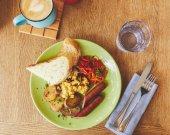Ranní jídlo se smaženými vejci sloužil v desce a káva