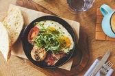 Snídaně se smaženými vejci podávaná v rendlíku