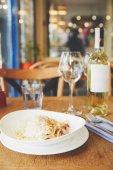 Fotografie Heiße italienischer Pasta mit Eigelb und Käse serviert mit Wein
