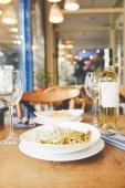 Večeře v restauraci špagety těstoviny a vínem