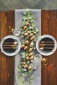 pohled shora zlatá vejce Velikonoce, talíře a náčiní na slavnostní stůl v restauraci