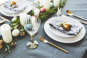 Fotografie easter decorated table with eggs in restaurant