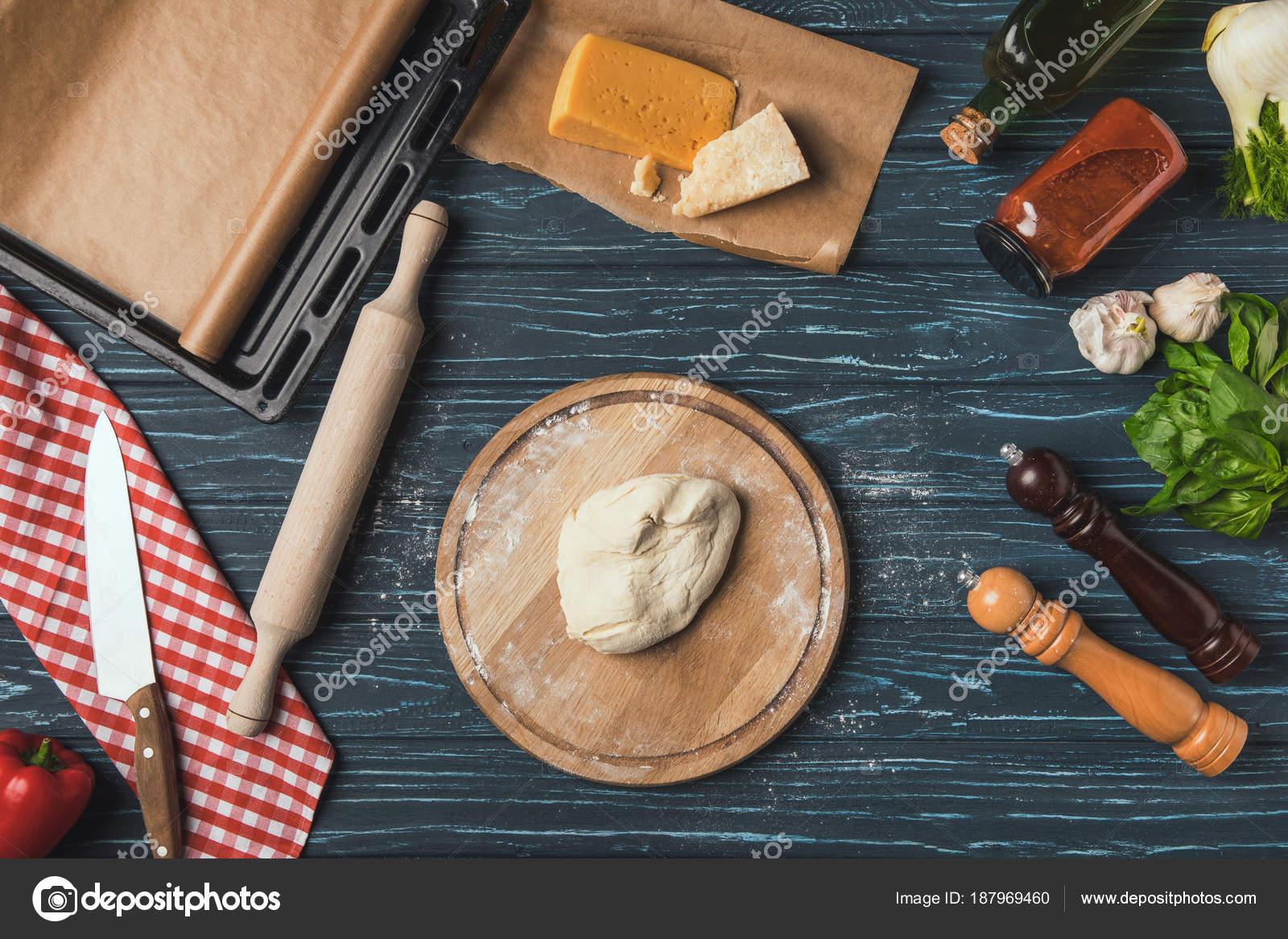 Vista Superiore Dell Impasto Pizza Sul Tagliere Foto Stock
