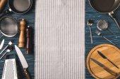 Fotografie pohled shora na nádobí pro vaření na dřevěný stůl v kuchyni