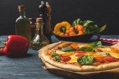chutný chutné pizza s cherry rajčaty a bazalkou