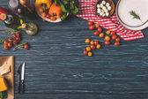 felülnézet, zöldségek és olajok, a fából készült asztal, a konyha