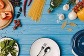 pohled shora desky s vidličku, lžíci a zeleniny na dřevěný povrch