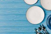 Fotografie pohled shora desek s nádobí na modré dřevěný stůl
