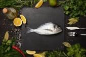Pala, só és gyógynövények, citromos szelet nyers hal