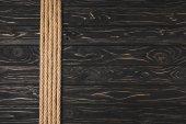 pohled shora hnědý námořní lana v řadě na dřevěnou desku