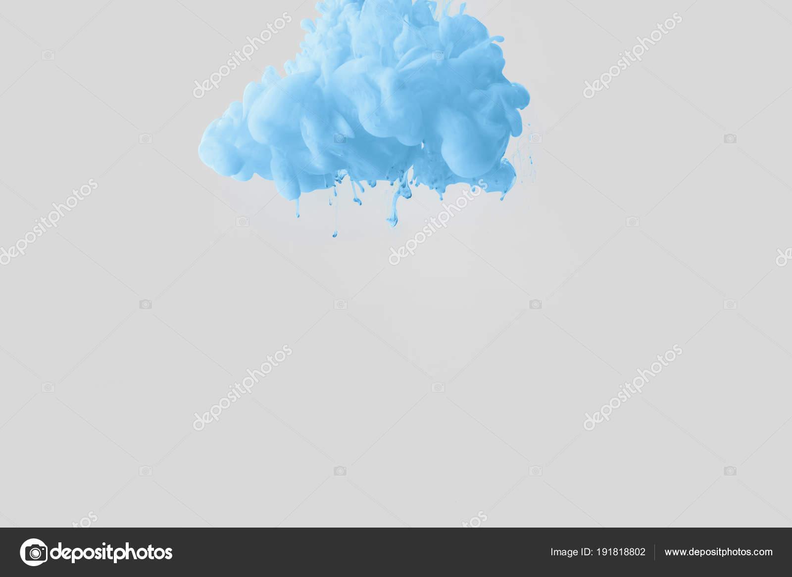 Close van heldere bleke blauwe verf splash water geïsoleerd grijs
