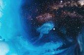 celý rám obrazu míchání tyrkysové, modré a černé malovat Šplouchá ve vodě s pozadím vesmír