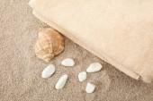 Fotografie pohled shora mušle, moře kamenů a ručníky na písku
