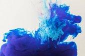 Fényképek textúra áramló kék és türkiz víz, elszigetelt fehér festék
