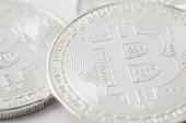 Detailní záběr hromádka stříbrných bitcoinů