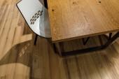 Fotografie Moderní bílé křeslo u dřevěného stolu