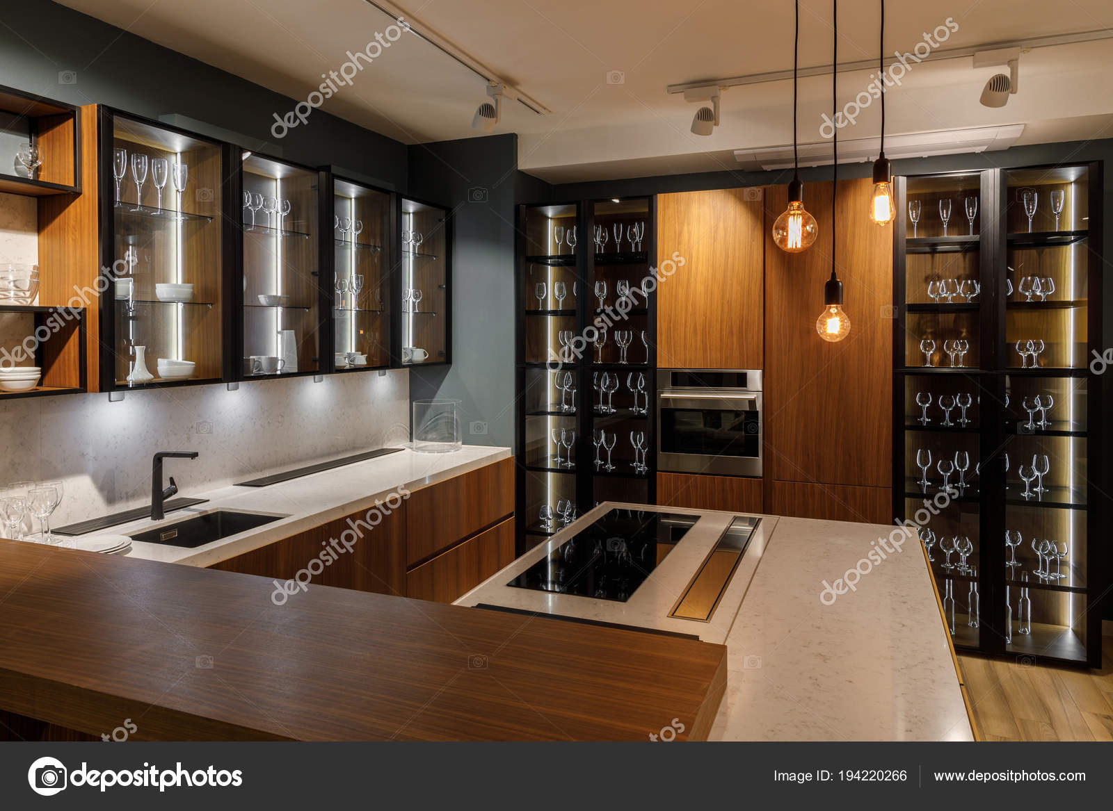 Moderne Keuken Lampen : Interieur van moderne keuken met glazen kasten decoratieve lampen
