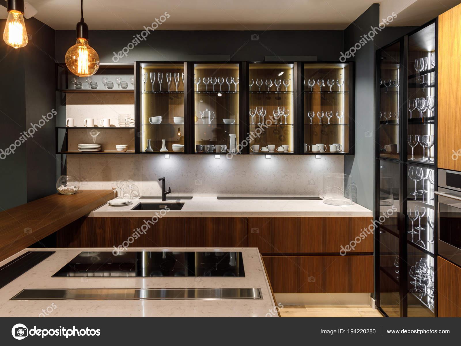 Kast Voor Glazen : Gerenoveerde keuken interieur met glazen kast u2014 stockfoto