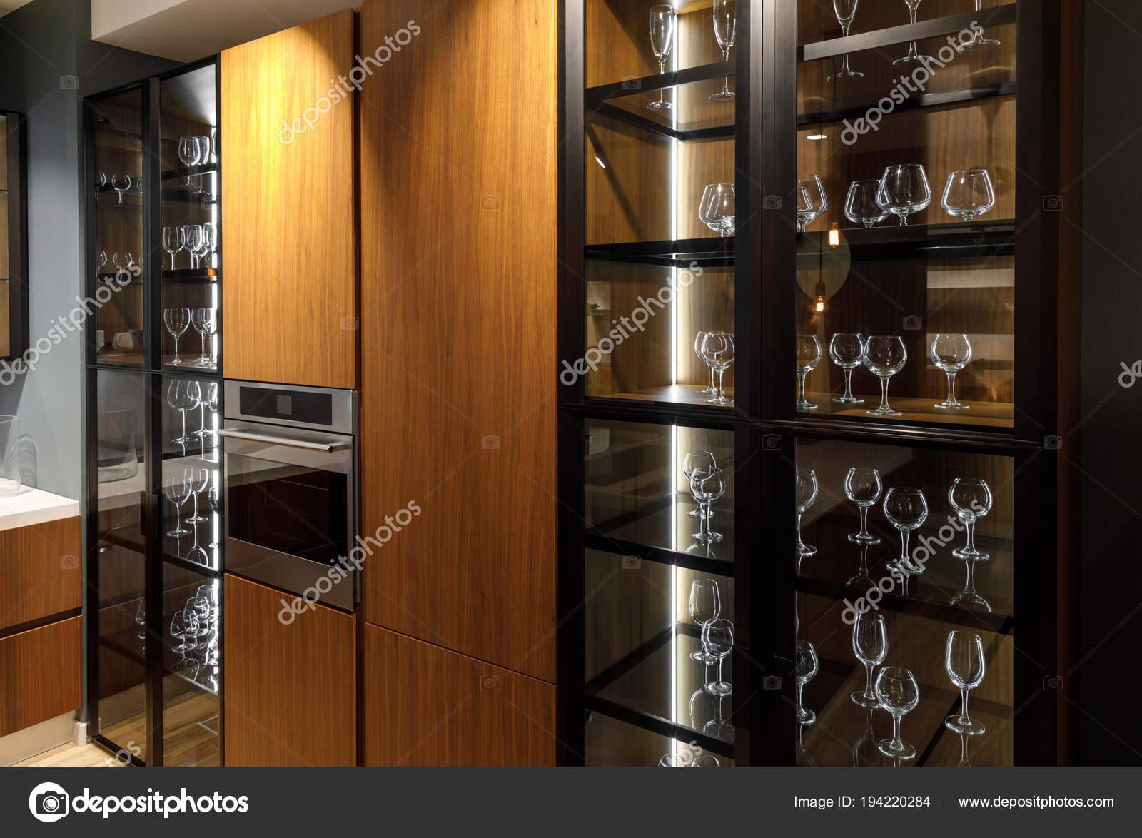Kast Voor Glazen : Interieur van moderne keuken met glazen kast u2014 stockfoto