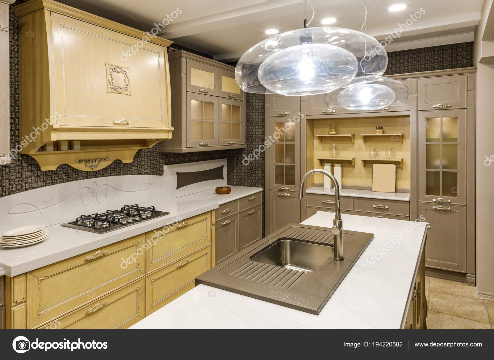 Stilvolle Küche Mit Kronleuchter Über Moderne Waschbecken ...