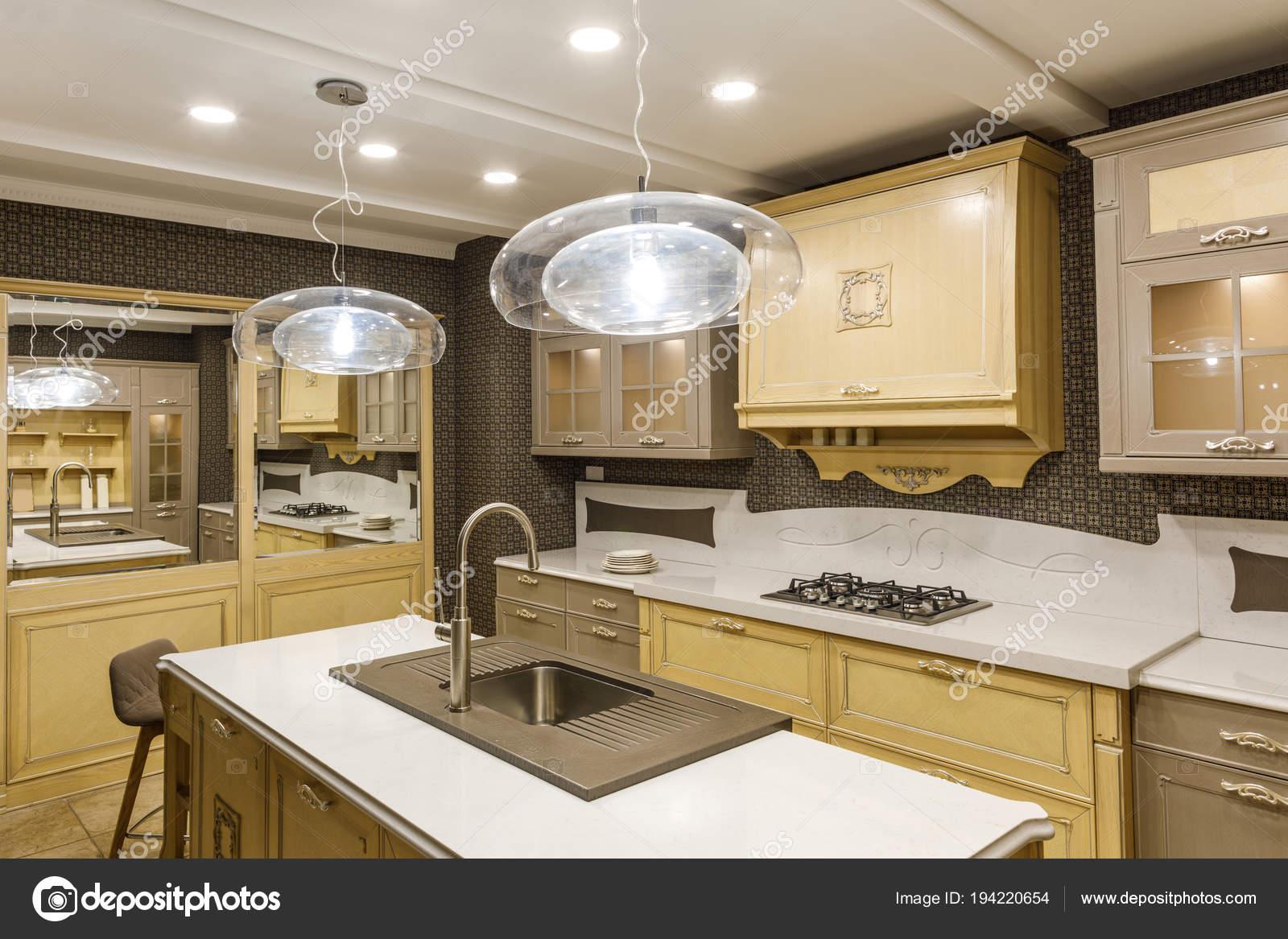 Cucine Con Bancone In Legno : Elegante cucina con bancone legno elegante lampada u foto stock
