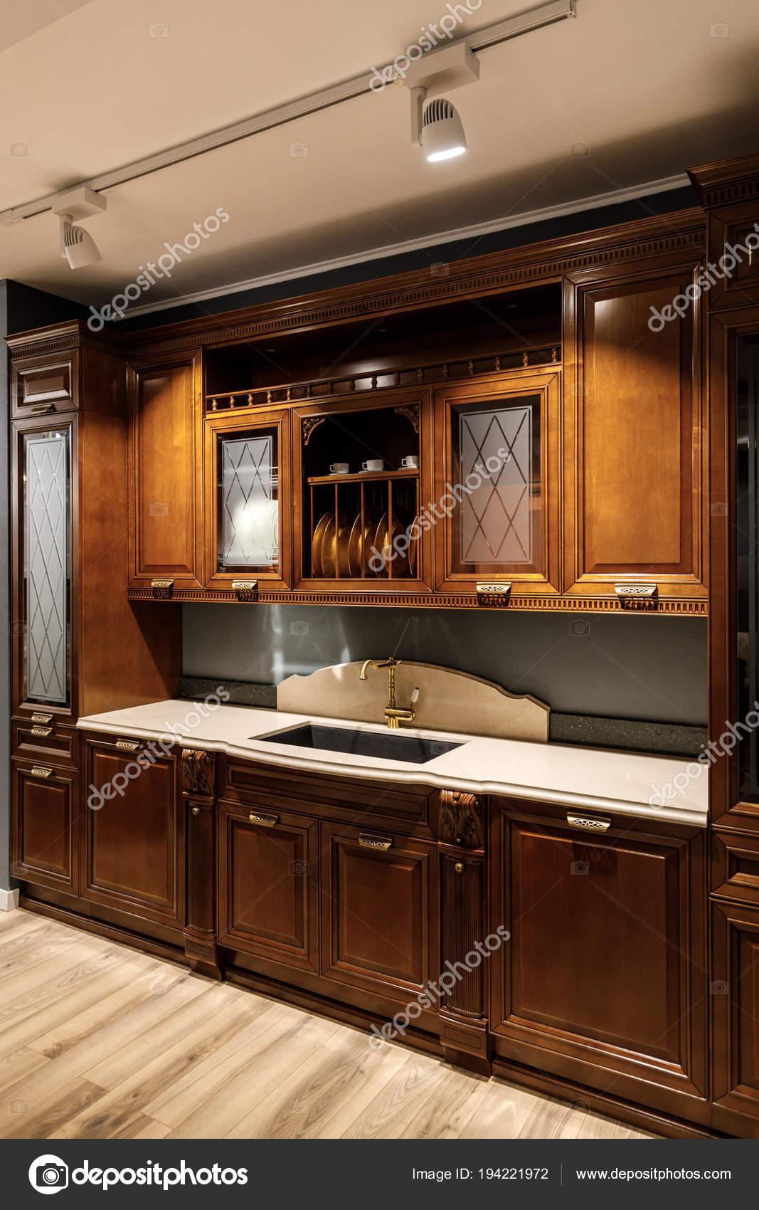 Innenraum Der Modernen Küche Mit Holzschränke — Stockfoto ...