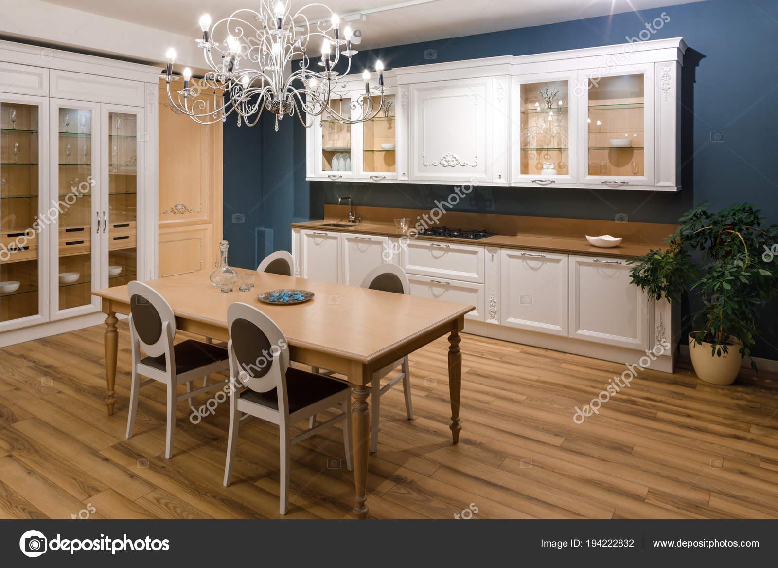 Tisch Mit Stühlen Stilvollen Küche Mit Kronleuchter — Stockfoto ...