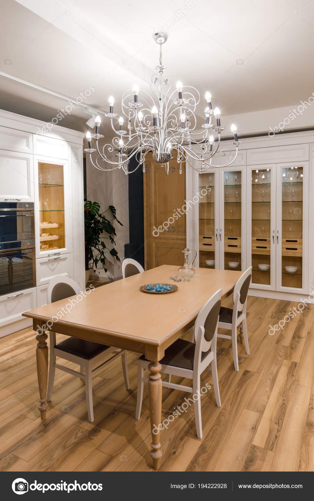 Stilvolle Küche Mit Eleganter Holztisch Und Kronleuchter U2014 Stockfoto