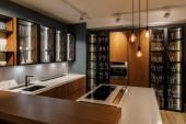 Interiér moderní kuchyně sklo skříňky a dekorativní žárovky