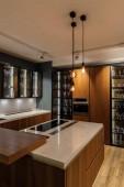 Stylová kuchyně s elegantní dřevěné skříně