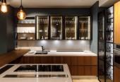 Zrekonstruovaná kuchyň interiér s brýlemi ve skříni