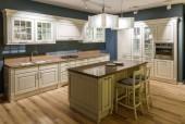 Fotografie Interiér moderní kuchyně s dřevěnými skříňkami