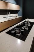 Stylová kuchyně s elegantní lesklé stůl a kamna