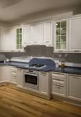 Interiér moderní kuchyně s bílé skříňky