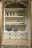 Interiér moderní kuchyni s elegantní jídelní příbory v příborníku
