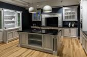 Zrekonstruovaná kuchyň interiér v tmavých tónech