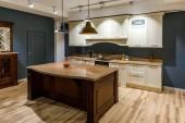 Stylová kuchyně s elegantní dřevěnou přepážkou a bílé skříňky