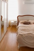 Fotografie Lehké povlečení na postel v útulné ložnice se zrcadlem