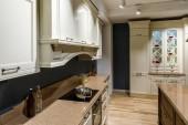 Fotografia Cucina elegante con con contatore di stile vintage e stufa