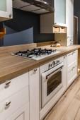 Zrekonstruovaná kuchyň interiér s bílé skříňky