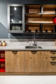 Fotografie Stylová kuchyně s elegantní dřevěné skříně a kamna