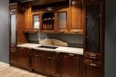 Zrekonstruovaná kuchyň interiér s dřevěnými skříňky a umyvadlo