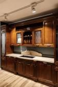 Interiér moderní kuchyně s dřevěnými skříňkami